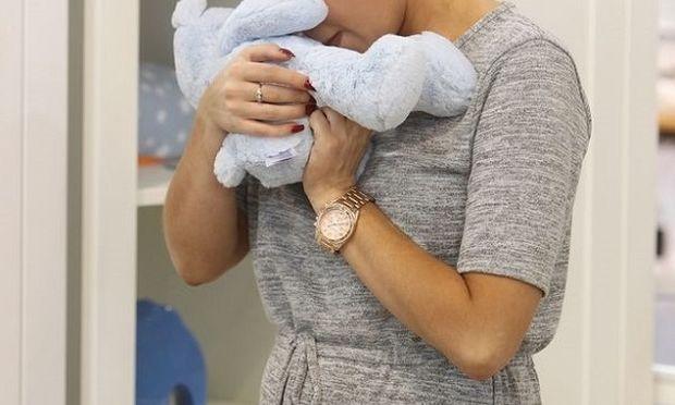Ξέσπασε σε κλάματα καθώς αγόραζε κούνια για το μωρό που περιμένει