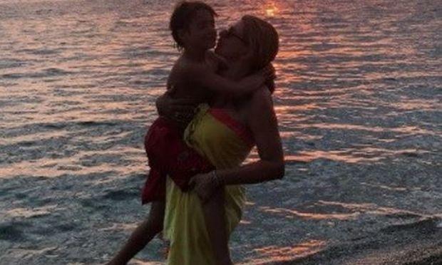Χριστίνα Πολίτη: Αγκαλιά με τον γιο της κοιτάζουν το ηλιοβασίλεμα