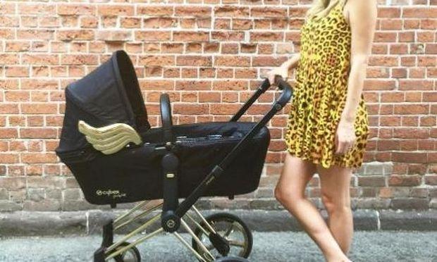 Το παιδικό καροτσάκι της στοιχίζει 1.500 EUR και έχει χρυσά φτερά