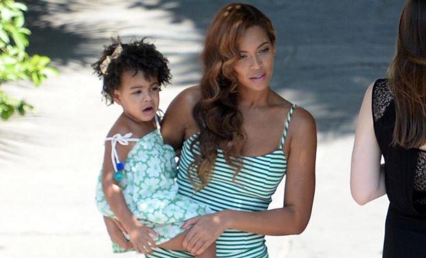 H Beyonce και η Blue Ivy, τράβηξαν όλα τα βλέμματα στα βραβεία ΜTV-VMA με την εμφάνισή τους (εικόνες)