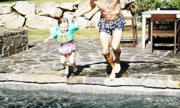 Διάσημο ζευγάρι απολαμβάνει τις τελευταίες μέρες των διακοπών μαζί με την κόρη του (εικόνες)