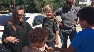 Η Αντζελίνα Τζολί σταμάτησε να αγοράσει έναν αρκούδο από δύο μικρά παιδιά και έγινε viral