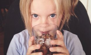 Δείτε τι κάνουν τα αναψυκτικά στα δόντια των παιδιών! (βίντεο)