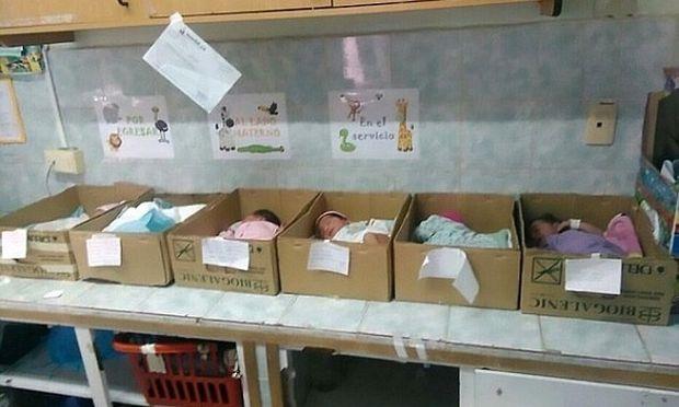 Σε χαρτόκουτα κοιμούνται τα νεογέννητα μωρά σε νοσοκομείο της Βενεζουέλας (φωτό)