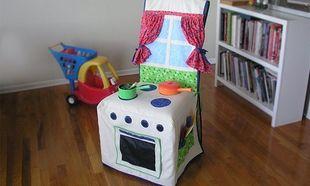 Diy: Μεταμορφώστε ένα απλό κάλυμμα καρέκλας σε κουζίνα για να παίζει το παιδί σας!