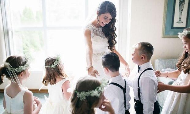 Μία ξεχωριστή τελετή: Δασκάλα κάλεσε στο γάμο της όλους τους μαθητές της με σύνδρομο Down! (φωτό)