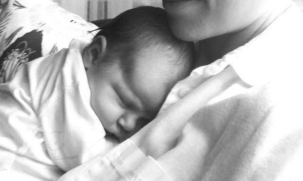 Γνωστή ηθοποιός αγκαλιά με το 9 ημερών μωρό της