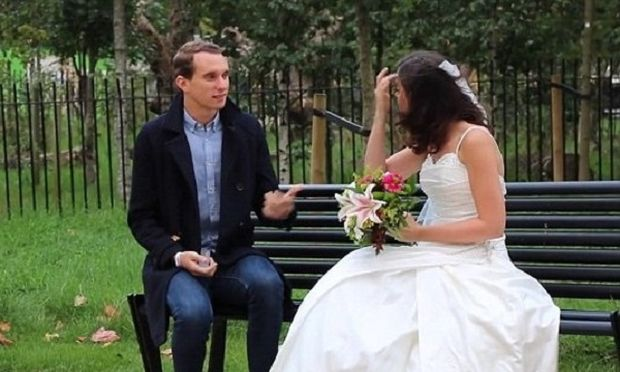 Εμφανίστηκε στα ραντεβού της με νυφικό! Δείτε ποια ήταν η αντίδραση των ανδρών (βίντεο)