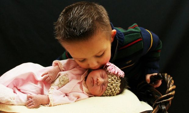 7 τρόποι που τα μεγαλύτερα παιδιά «ανοίγουν τον δρόμο» για να μικρά τους αδελφάκια