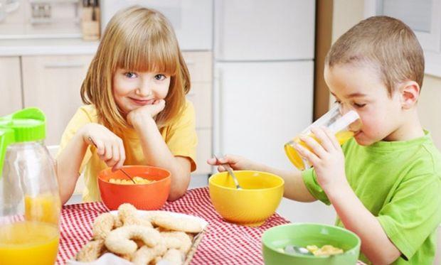 Ανεκτίμητη η αξία του πρωινού στα παιδιά: Μπορεί και να προλάβει την παιδική παχυσαρκία