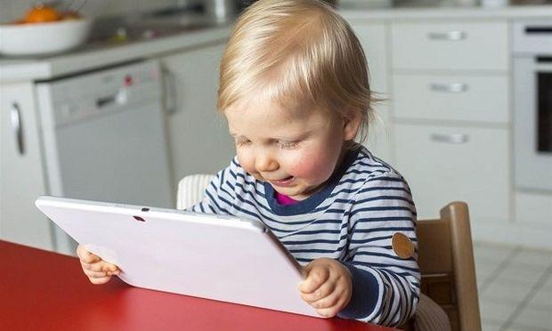 Όχι οθόνες στα παιδάκια κάτω των 18 μηνών και μόνο μια ώρα τη μέρα για τα νήπια έως 5 ετών