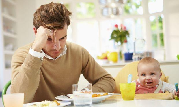 «Εκείνη περνάει επιλόχειο κατάθλιψη… Eμένα ποιος θα μου πει τι περνάω ως νέος μπαμπάς;»
