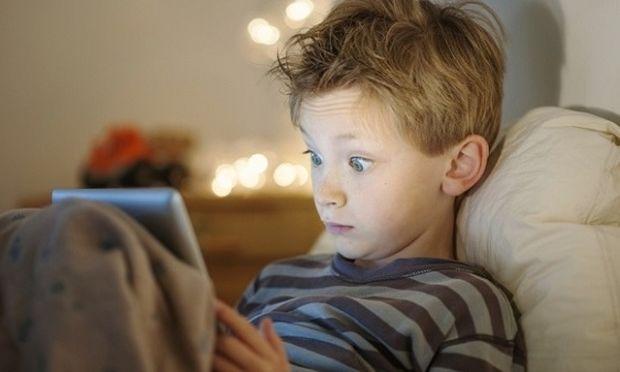 Όχι κινητά και ηλεκτρονικές συσκευές στο κρεβάτι των παιδιών το βράδυ