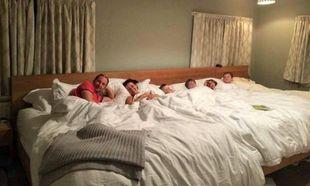 Κατασκεύασαν 5,5 μέτρα κρεβάτι για να κοιμούνται με τα τέσσερα παιδιά τους (εικόνες)