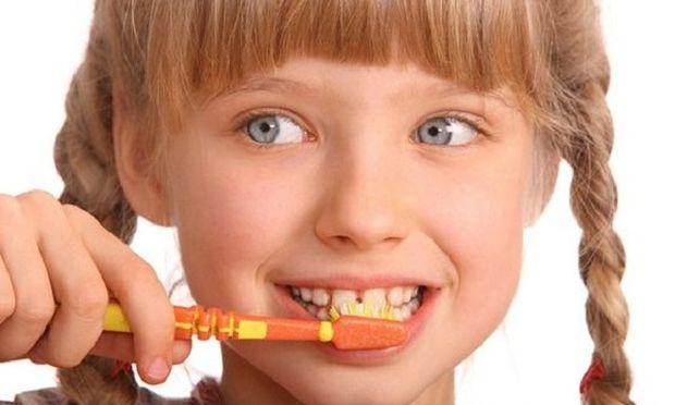 Δείτε πώς πρέπει να βουρτσίζετε τα δόντια του παιδιού σας (βίντεο)
