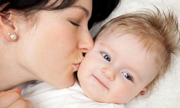 Δείτε τι κακό μπορεί να προκαλέσει σε ένα μωρό, ένα αθώο μητρικό φιλί στο αυτί!