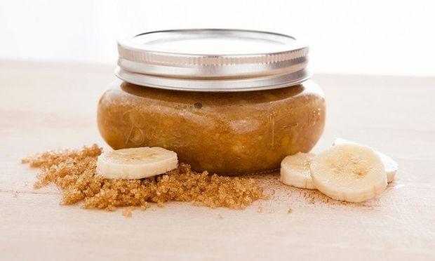 Σπιτικό scrub με μπανάνα και μαύρη ζάχαρη για λεία και λαμπερή επιδερμίδα