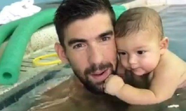 Michael Phelps: Μαζί με το γιο του στην πισίνα για το πρώτο μάθημα κολύμβησης (vid)