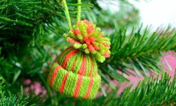 DIY: Φτιάξτε πολύχρωμα χριστουγεννιάτικα σκουφάκια με χαρτί και μαλλί πλεξίματος