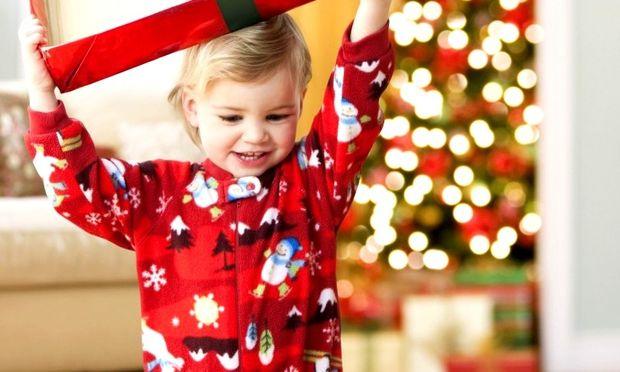 Πόσα μπορούμε να διδαχτούμε και να διδάξουμε στα παιδιά μας μέσα από τα δώρα των Χριστουγέννων;