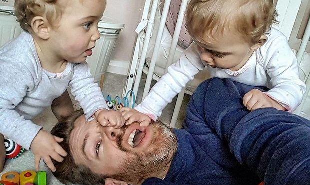 Πώς είναι να μεγαλώνεις 4 κορίτσια; Ένας μπαμπάς δίνει την απάντηση μέσα από φωτογραφίες