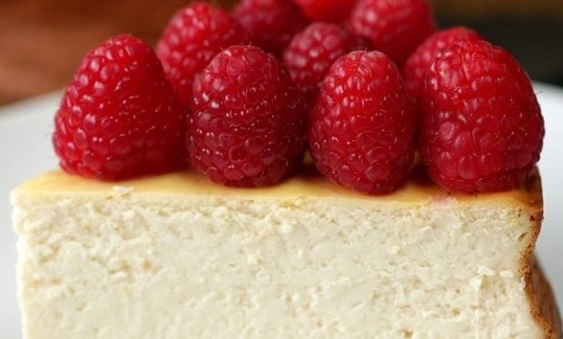 Γιορτινό και εύκολο cheesecake με βατόμουρα (vid)