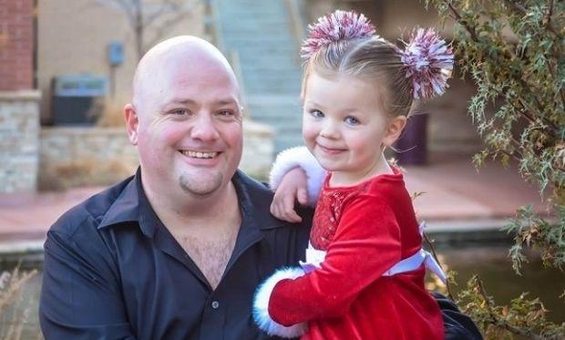 Μπαμπάς έφτιαξε τον πιο εντυπωσιακό χριστουγεννιάτικο κότσο στην κόρη του (φωτό)