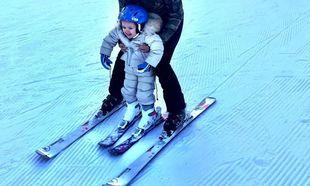Η 2,5 ετών κόρη της μαθαίνει σκι και η μαμά δεν μπορεί να κρύψει την χαρά της (pics+vid)