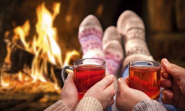 Χριστούγεννα και ζευγάρι: Ενισχύστε τον ερωτισμό σας με αφορμή τις γιορτές