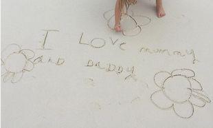 «Αγαπώ τη μαμά και τον μπαμπά» γράφει η κόρη των διάσημων γονιών