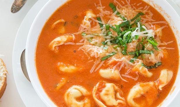 Βελουτέ σούπα με τορτελίνια, τομάτα και βασιλικό: Εύκολη και χορταστική!
