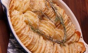 Πατάτες φούρνου με δενδρολίβανο και κρούστα παρμεζάνας