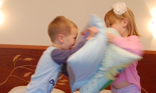 Η πραγματικότητα του να βάζεις τα παιδιά (που δε θέλουν) για ύπνο (σε 14 αστεία βήματα)