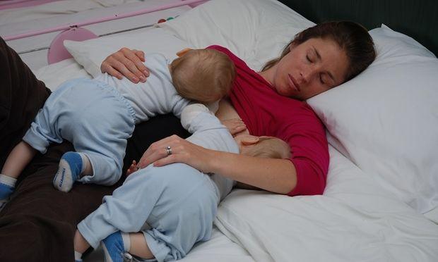 7 σκέψεις που κάνει κάθε γονιός ...παγιδευμένος από το μωράκι του που κοιμάται!