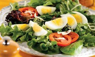 Γιατί πρέπει να τρώμε τα αβγά με πράσινες σαλάτες;