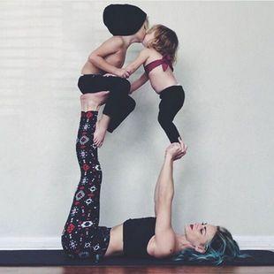Αυτή η μαμά κάνει yoga με τα παιδιά της και τα βίντεο της έχουν γίνει viral