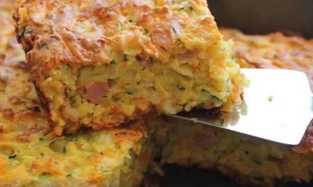 Πεντανόστιμη μαμαδίστικη πίτα με κολοκυθάκια, μπέικον και φέτα χωρίς φύλλο