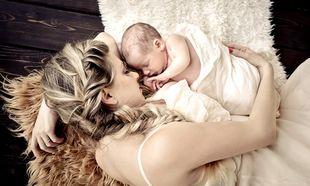 Ας μου λένε ότι θα μάθει να κοιμάται μόνο με αγκαλιά... εγώ αυτή την αγκαλιά δεν την αλλάζω...