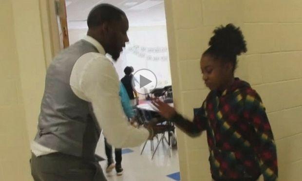"""Αυτός ο δάσκαλος βρήκε έναν πρωτότυπο τρόπο να ενθουσιάζει τα """"πεμπτάκια"""" του πριν το μάθημα!"""