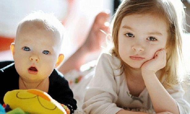Πρέπει να σταματάμε το νήπιο από το σχολείο επειδή γεννήθηκε το μωρό;