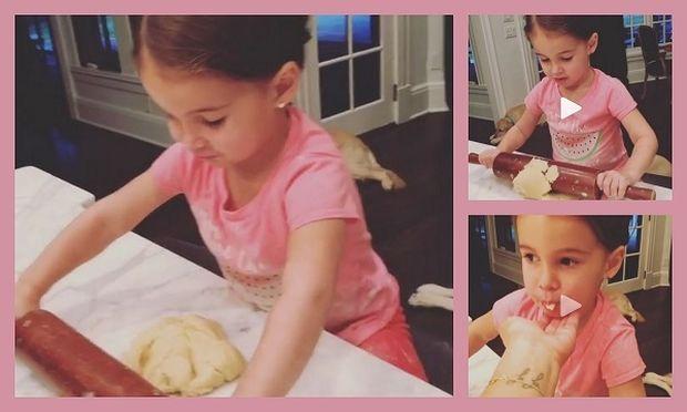 Κόρη γνωστής τραγουδίστριας φτιάχνει μπισκότα και δοκιμάζει ζύμη... κάτι που δεν αρέσει στη μαμά της