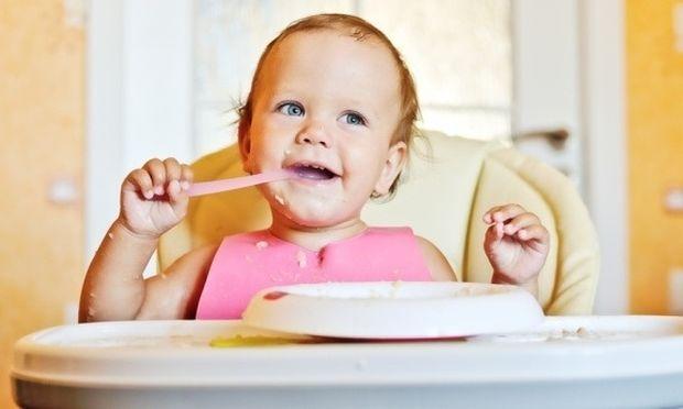 Μαθαίνοντας στο μωρό σας να τρώει