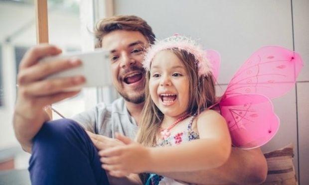 6 ερωτήσεις που πρέπει να κάνετε στον εαυτό σας πριν δημοσιεύσετε φωτό των παιδιών σας στο διαδίκτυο