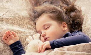 Οι βασικοί κανόνες για να κοιμηθούν τα παιδιά σας με ηρεμία