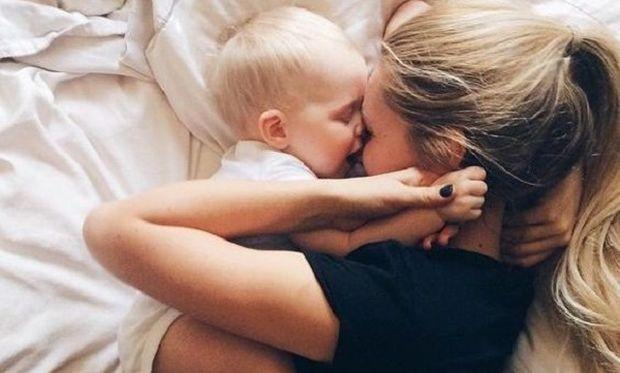 Επιβεβαιώθηκε και από έρευνα: Οι μαμάδες κοιμούνται λιγότερο από τους μπαμπάδες