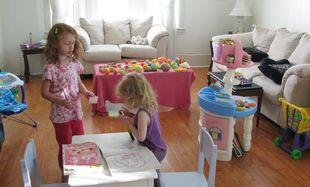 """«Σαλόνι δεν το λες... Το λες """"Ευτυχία""""»: Έτσι είναι πραγματικά ένα σαλόνι όταν έχεις παιδιά"""