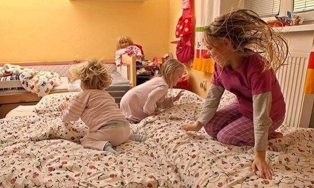 4 πράγματα που πρέπει να αποφεύγουν οι γονείς όταν βάζουν τα παιδιά τους για ύπνο