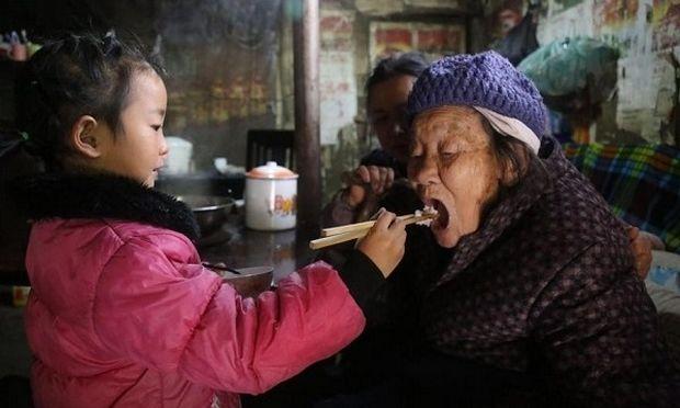 Η ιστορία που μας συγκίνησε: 5χρονη φροντίζει μόνη της τη γιαγιά και την προγιαγιά της