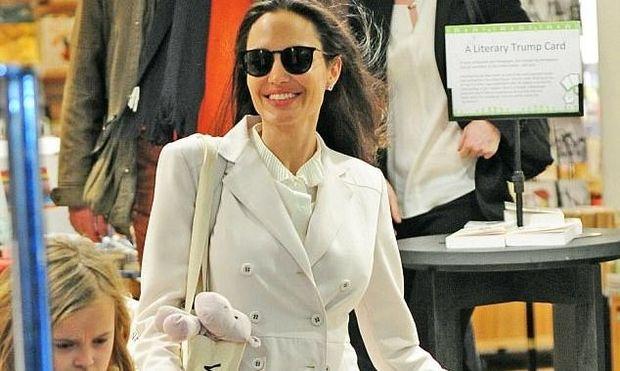Angelina Jolie: Πιο λαμπερή από ποτέ σε βόλτα με τα δίδυμα Viviane και Knox στο Λονδίνο