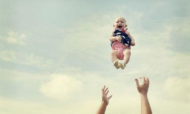 Αυτός είναι ο λόγος που δεν πρέπει να ταρακουνάτε ΠΟΤΕ ένα μωρό (vid)